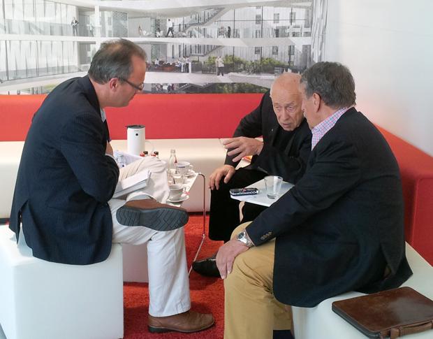 Der ehemalige CDU-Generalsekretär Dr. Heiner Geißler und der Fernsehjournalist Ulrich Kienzle im Gespräch mit Jürgen Schultheis im Forum des House of Logistics and Mobility (HOLM) am Frankfurter Flughafen 2012.